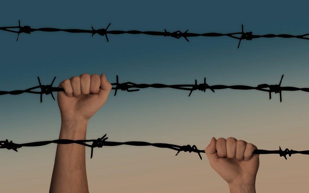 Kinderen 22 uur per dag opgesloten in cel op Aruba: 'geen bezoek, geen dagprogramma'